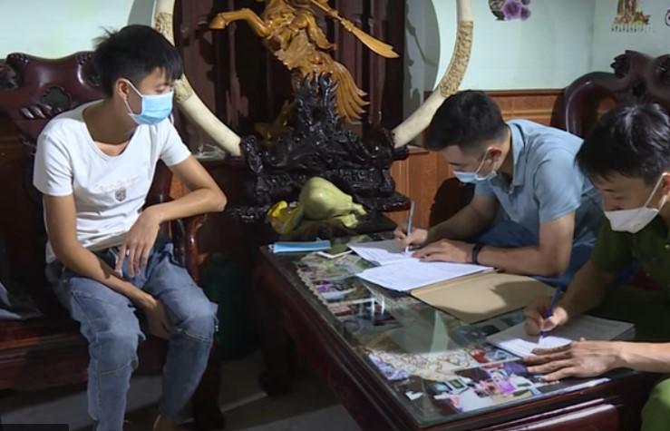 Cảnh sát lấy lời khai của Phan Đình Hải. Ảnh: Công an tỉnh Bắc Ninh.