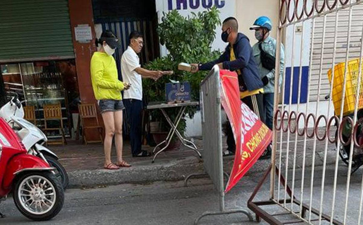 Hình ảnh ông Nguyễn Bách Lợi, không đeo khẩu trang khi nhận hàng hóa ở chốt ngày 7/8. Ảnh người dân cung cấp.