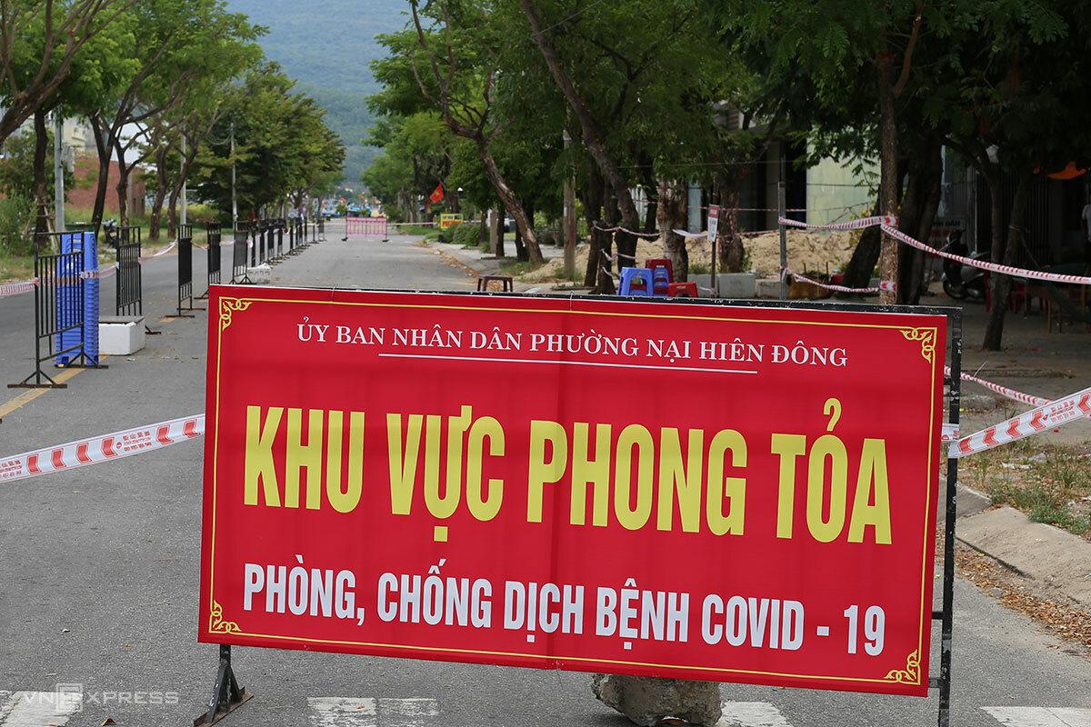 Các ngả đường ra cảng cá Thọ Quang đã được phong toả. Ảnh: Nguyễn Đông.