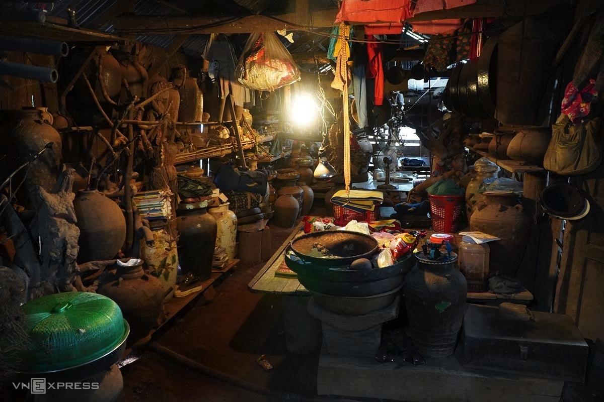Căn nhà của anh Nguyễn Văn Hưng ngổn ngang hàng nghìn đồ vật xưa. Ảnh: Trần Hoá