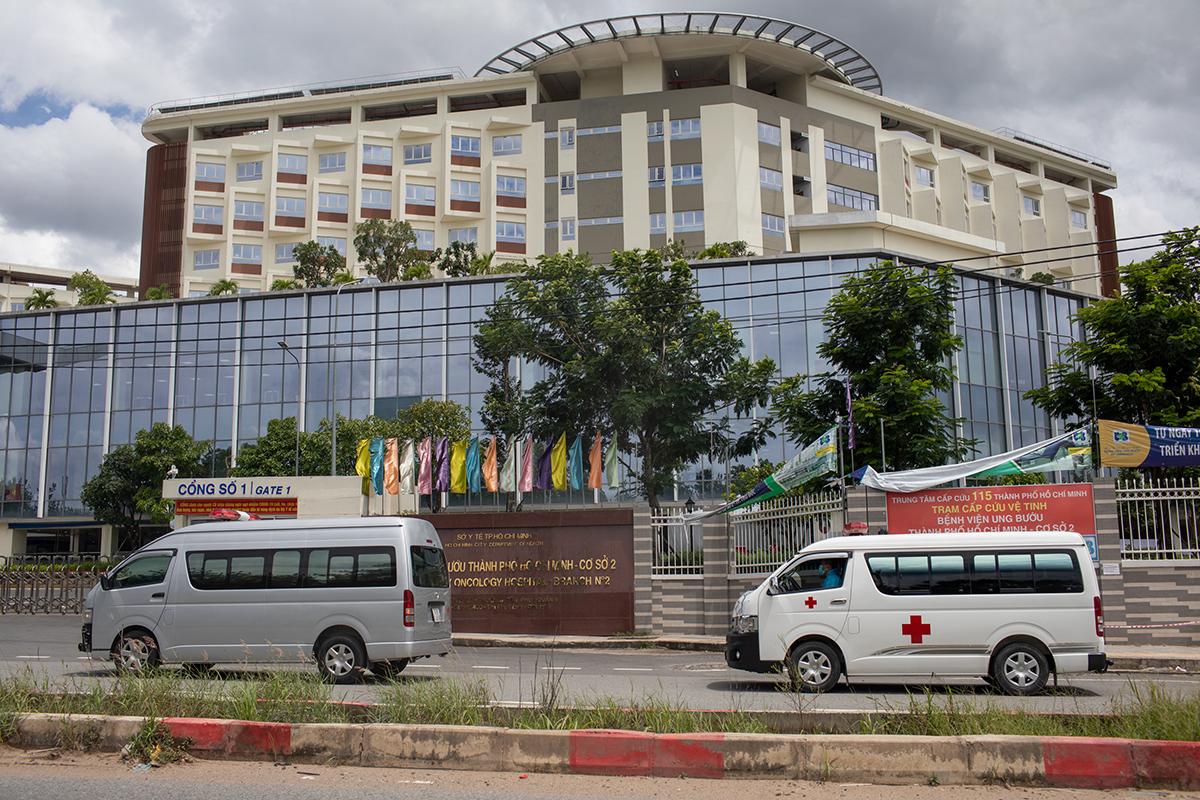 Xe cấp cứu chở các bệnh nhân nặng, nguy kịch đến Bệnh viện Hồi sức Covid-19, TP Thủ Đức, TP HCM, ngày 19/7. Ảnh: Thành Nguyễn
