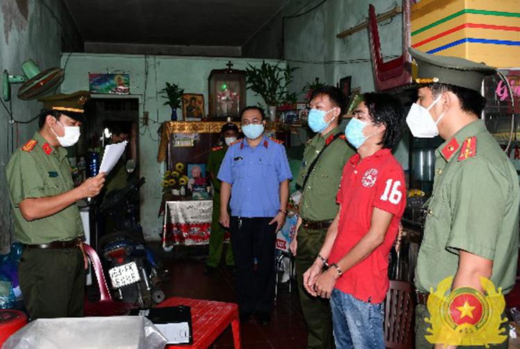 Cơ quan An ninh điều tra tống đạt quyết định bắt tạm giam đối với Trần Hoàng Huấn. Ảnh: Công An Tiền Giang