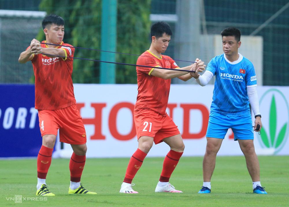 """Tran Dinh Trong (กลาง) ฝึกซ้อมในช่วงบ่ายของวันที่ 10 สิงหาคม ที่ My Dinh  ภาพถ่าย: """"Doan Huynh ."""""""