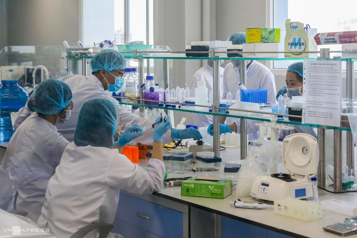 Nhân viên công ty Nanogen (Khu công nghệ cao, quận 9) nghiên cứu sản xuất vaccine Nanocovax, tháng 12/2020. Ảnh: Quỳnh Trần