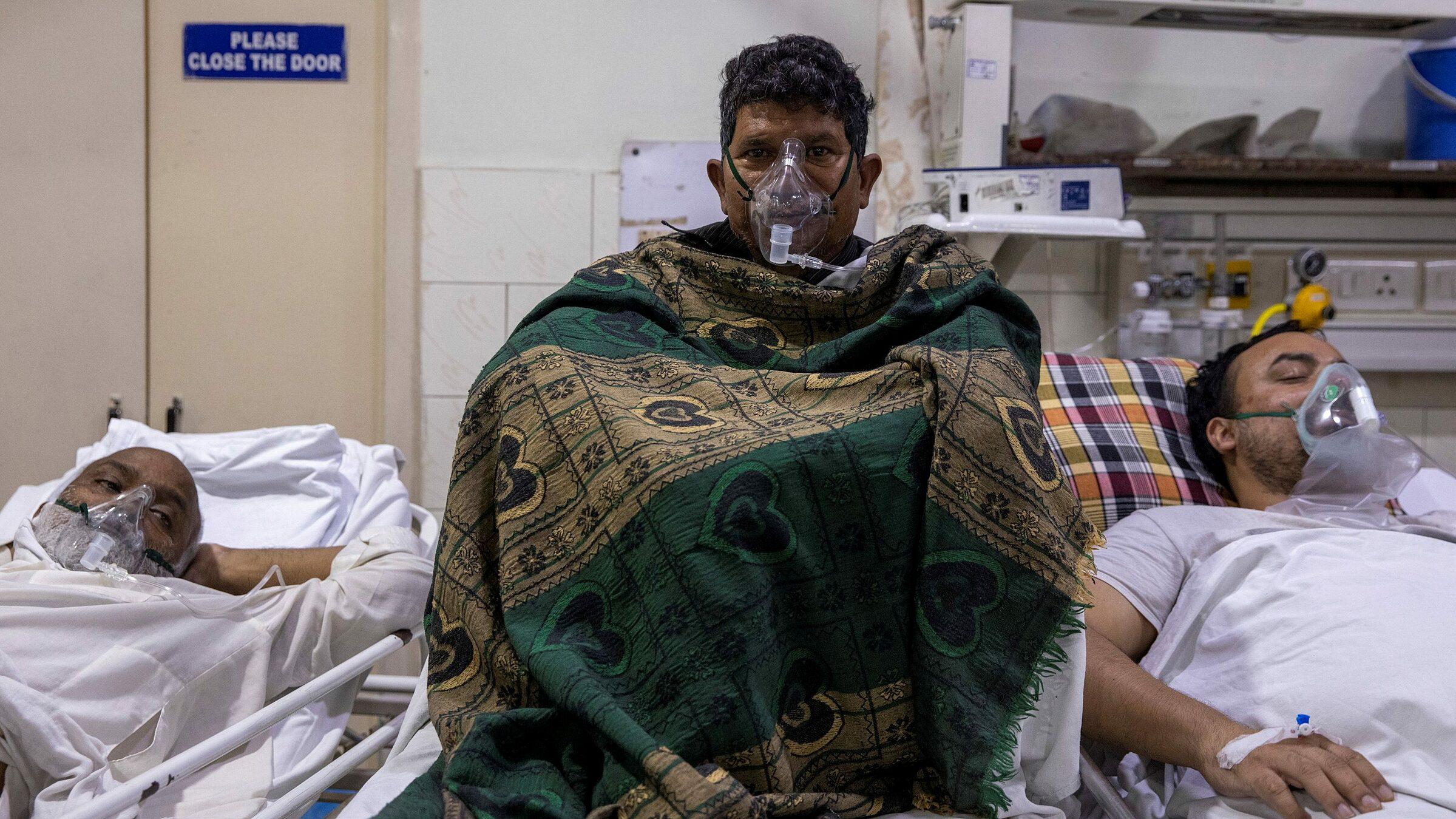 Bệnh nhân Covid-19 được điều trị tại phòng cấp cứu Bệnh viện Holy Family ở New Delhi, ngày 29/4. Ảnh:.Reuters.