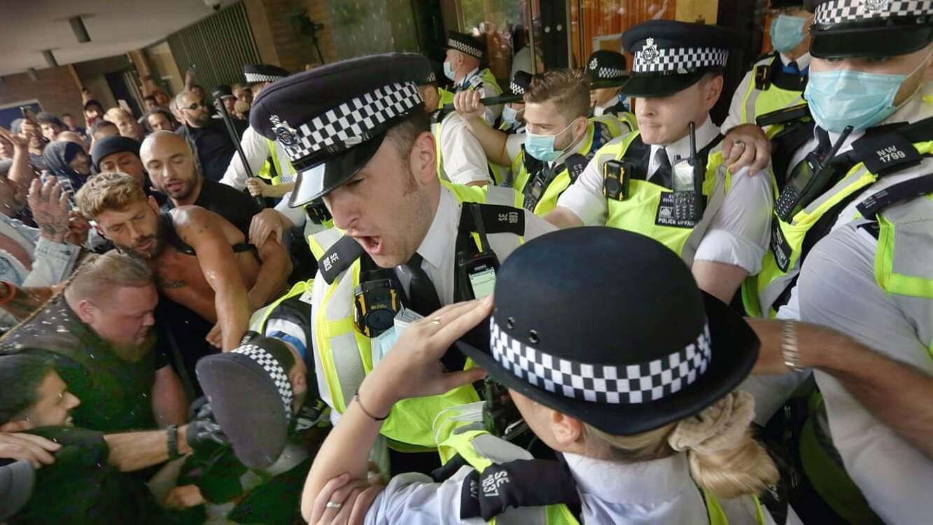 Người biểu tình chống vaccine Covid-19 đụng độ cảnh sát trước tòa nhà Trung tâm Truyền hình, London vào ngày 9/8. Ảnh: BakedBeanMedia.