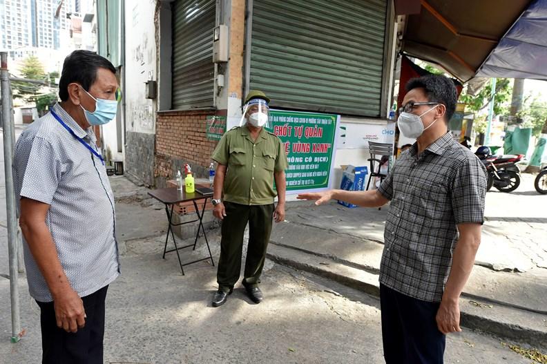 Phó Thủ tướng Vũ Đức Đam thăm chốt tự quản vùng xanh Quận 7, TP HCM, chiều 6/8. Ảnh: Đình Nam