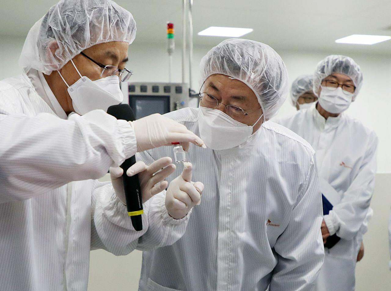 Tổng thống Hàn Quốc Moon Jae-in thăm phòng thí nghiệm vaccine của SK Bioscience tại thành phố Andong vào tháng 1. Ảnh:Yonhap.