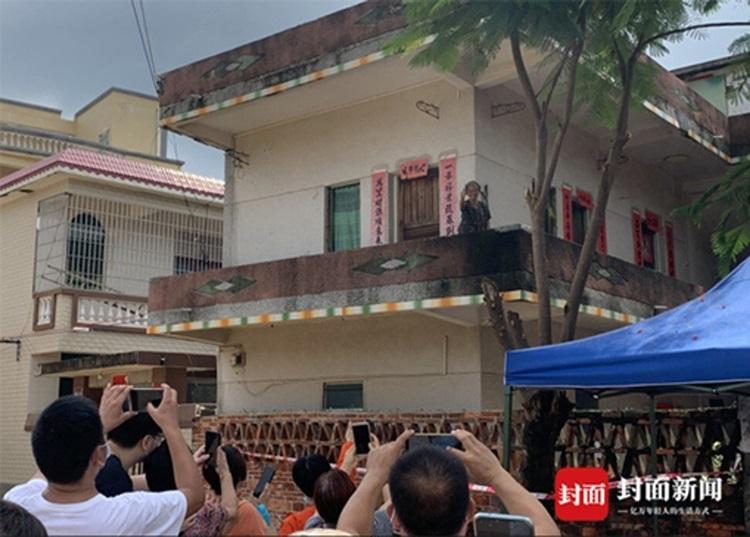 Người hâm mộ chụp ảnh trước nhà của Toàn Hồng Thiền ở Quảng Đông, Trung Quốc cuối tuần qua. Ảnh: SCMP.