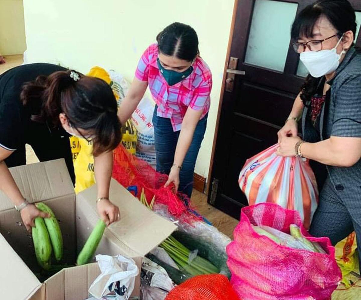 Người dân Đại Lộc gom rau tặng cho Đà Nẵng. Ảnh: Phan Chiến.