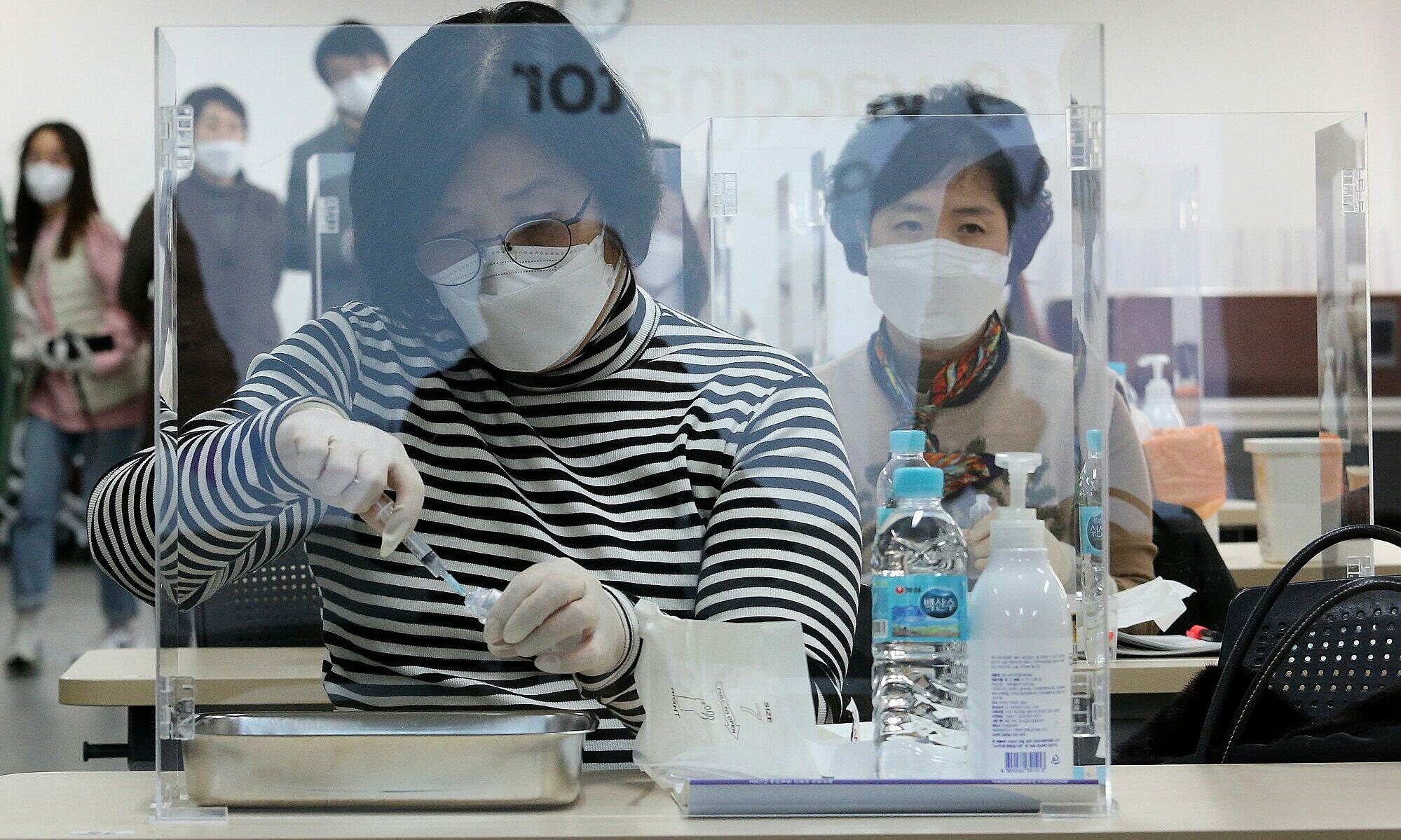 Nhân viên y tế Hàn Quốc dự tập huấn tiêm vaccine Covid-19 tại Hiệp hội Y tá Hàn Quốc ở Seoul vào ngày 17/2. Ảnh: AP.