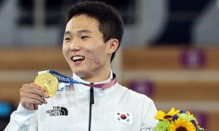 Vận động viên thể dục dụng cụ Hàn Quốc Shin Jea-hwan giơ huy chương vàng ở nội dung nam anh giành được tai jOlympic Tokyo hôm 2/8. Ảnh: Yonhap.