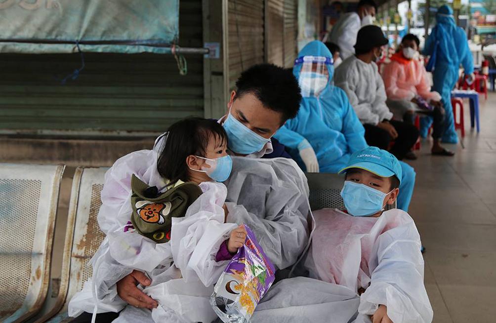 Gia đình 5 người của anh Minh An chờ đến giờ về quê. Ảnh: Đình Văn