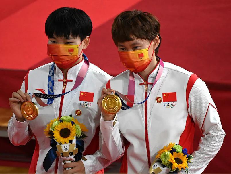 Bảo San Cúc (trái) và Chung Thiên Sử được trao huy chương vàng tại Olympic Tokyo ngày 2/8. Ảnh: AFP.