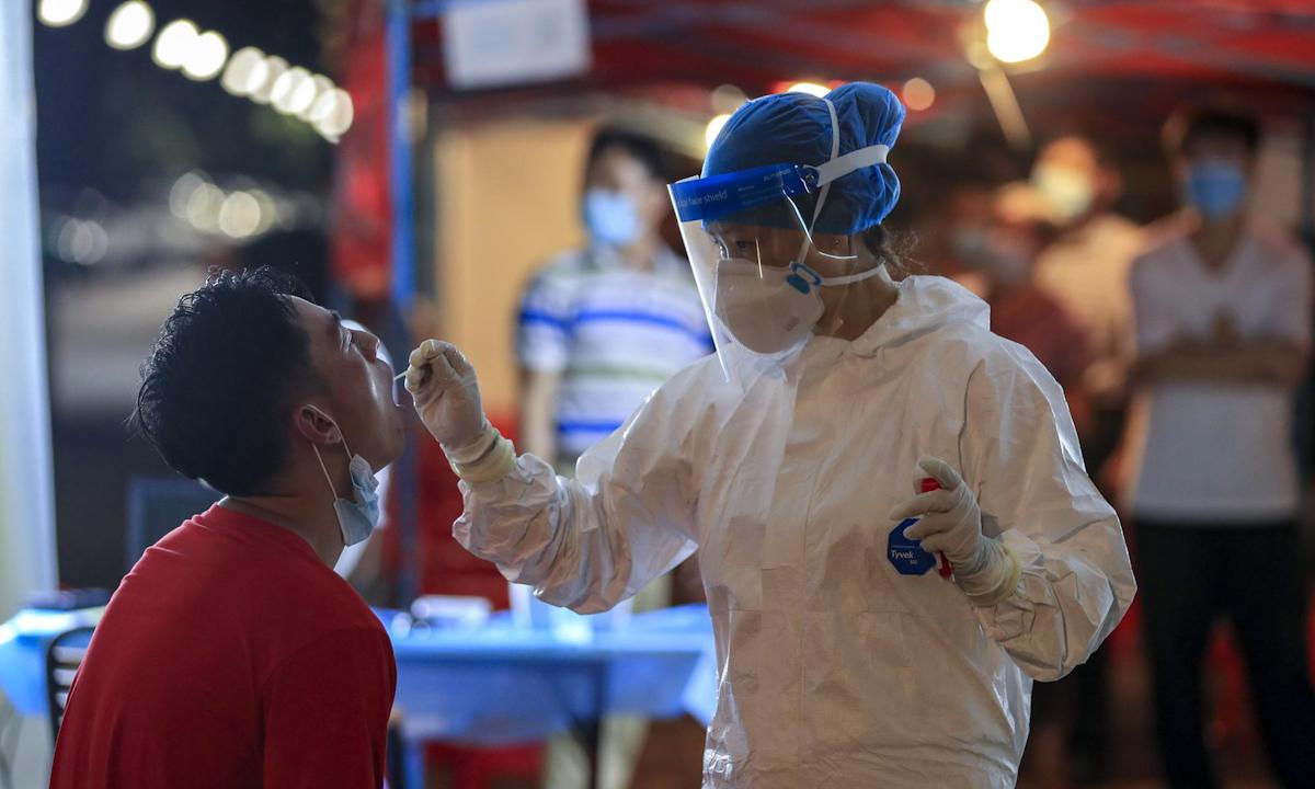 Nhân viên y tế lấy mẫu xét nghiệm Covid-19 tại Vũ Hán, Trung Quốc hôm 5/8. Ảnh: AP.