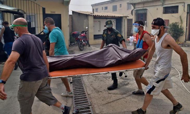 Nhân viên y tế đưa xác một người chết trong cháy rừng ở Tizi Ouzou, một trong số các thành phố đông dân nhất ở Kabylie, hôm 10/8. Ảnh: AFP.