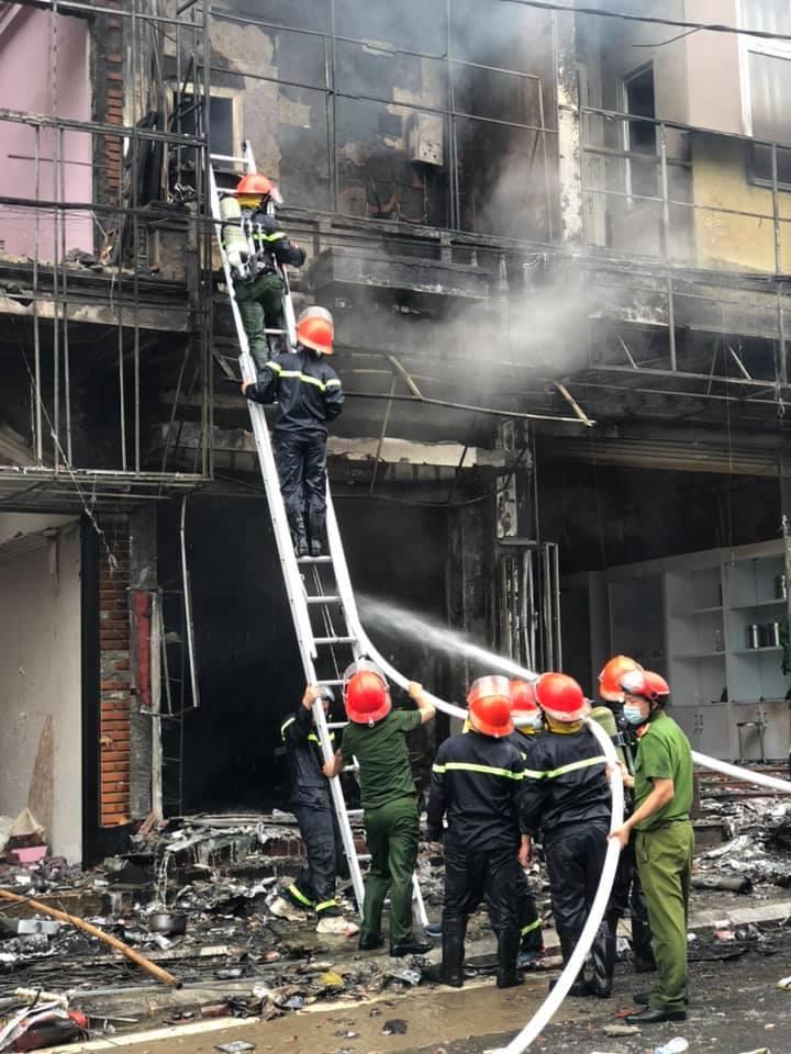 Cảnh sát phòng cháy dập lửa. Ảnh: Công an Sa Pa