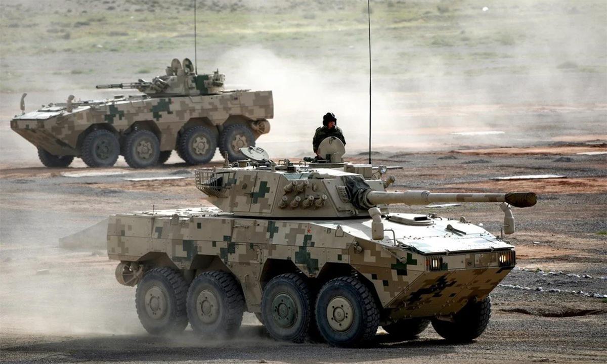 Quân nhân Nga tập điều khiển pháo tự hành và thiết giáp Trung Quốc hồi tuần trước. Ảnh: Xinhua.