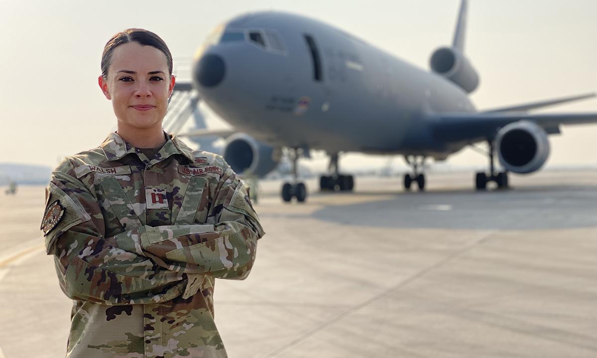 Đại úy Erin Walsh đứng trước một chiếc KC-10 tại UAE ngày 6/8. Ảnh: USAF.