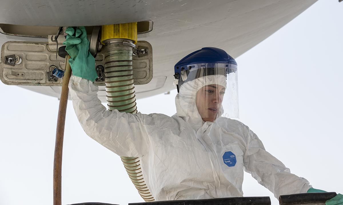 Đại úy Erin Walsh thực hiện thao tác hút rửa bể phốt trên máy bay tiếp liệu KC-10 ở UAE ngày 9/7. Ảnh: USAF.