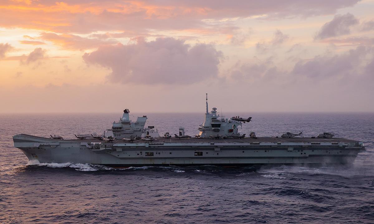 Tàu sân bay Anh HMS Queen Elizabeth di chuyển trên Biển Đông ngày 29/7. Ảnh: USMC.