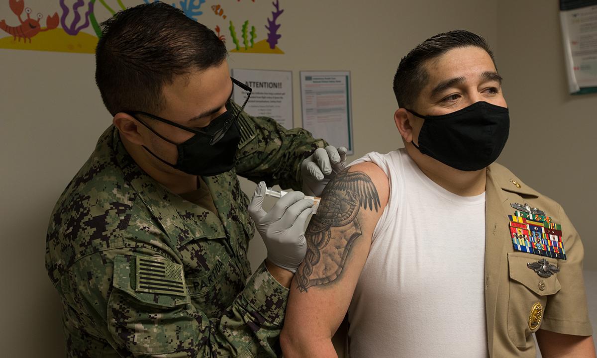 Quân y Mỹ tiêm vaccine Covid-19 cho bác sĩ trưởng tại phòng khám hải quân Cherry Point tháng 12/2020. Ảnh: USMC.
