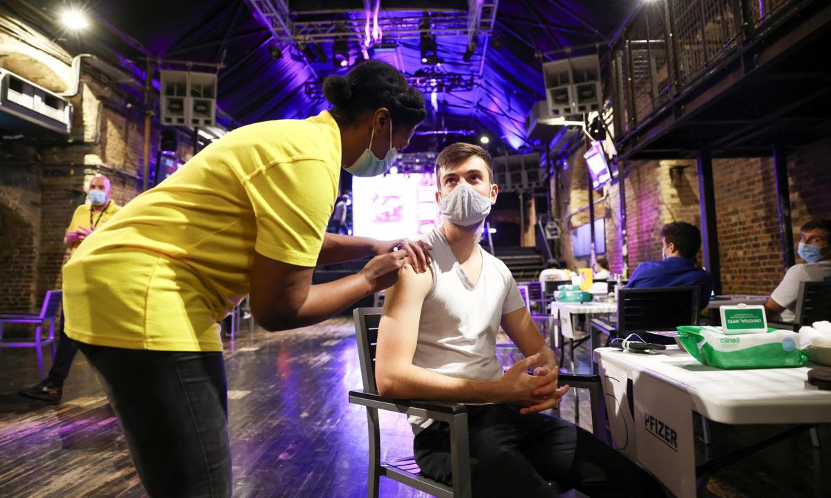 Người dân được tiêm vaccine Covid-19 tại một hộp đêm ở London, Anh, hôm 8/8. Ảnh: Reuters.