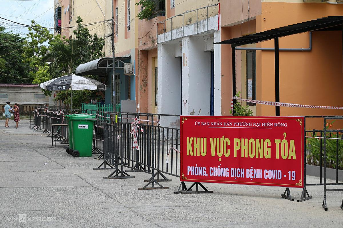 Một khu chung cư ở Nại Hiên Đông được thiết lập vùng phong toả. Ảnh: Nguyễn Đông.