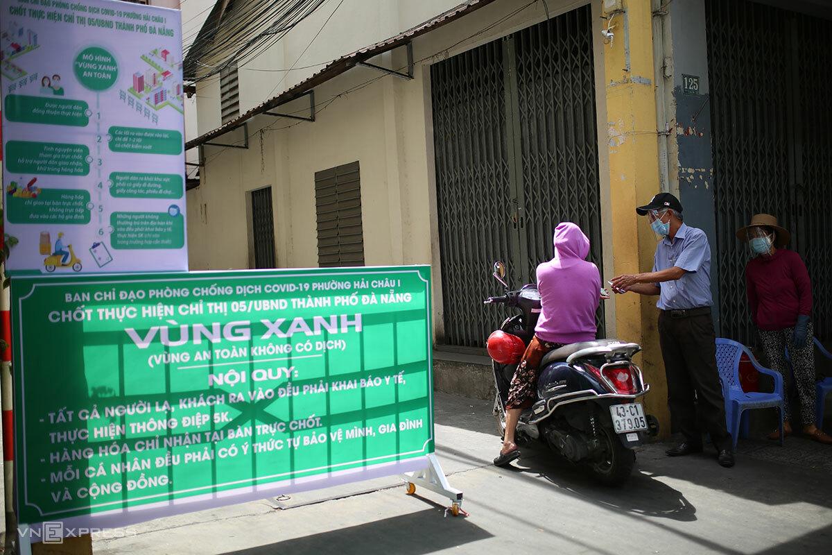 Một chốt bảo vệ vùng xanh ở phường Hải Châu 1, sáng 11/8. Ảnh: Nguyễn Đông.