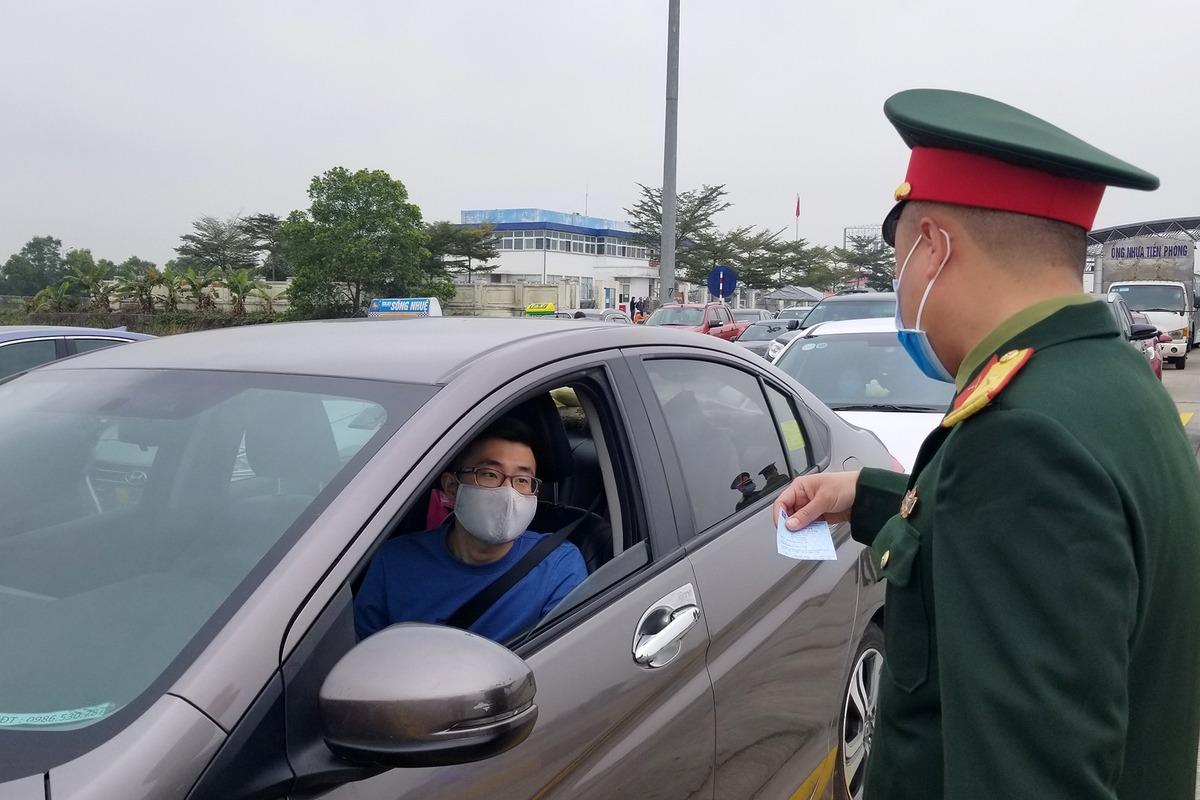 Kiểm soát dịch tại trạm thu phí cao tốc Hà Nội - Hải Phòng. Ảnh: Giang Chinh.