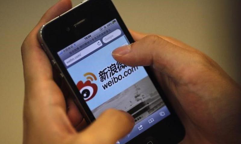Một người truy cập trang Weibo của công ty Sina tại Thượng Hải, Trung Quốc, ngày 29/5/2012. Ảnh: Reuters.