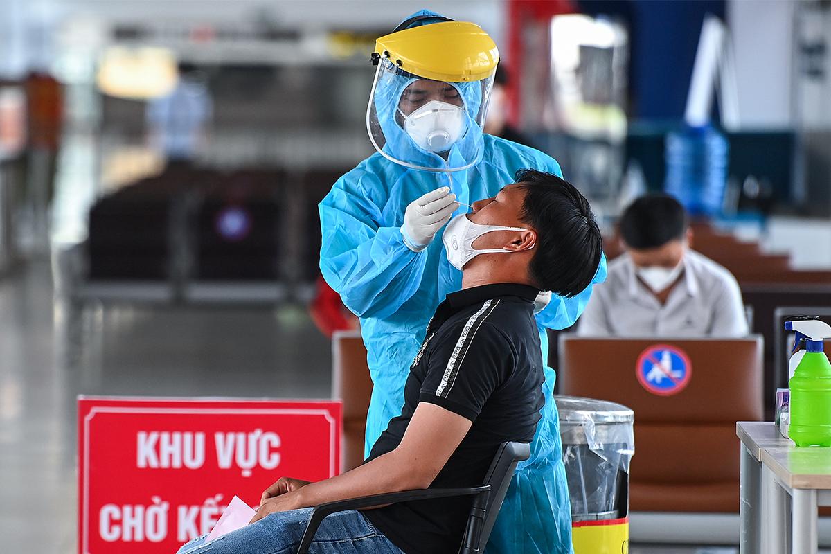 Xét nghiệm Covid cho  hành khách tại sân bay Nội Bài. Ảnh: Giang Huy.