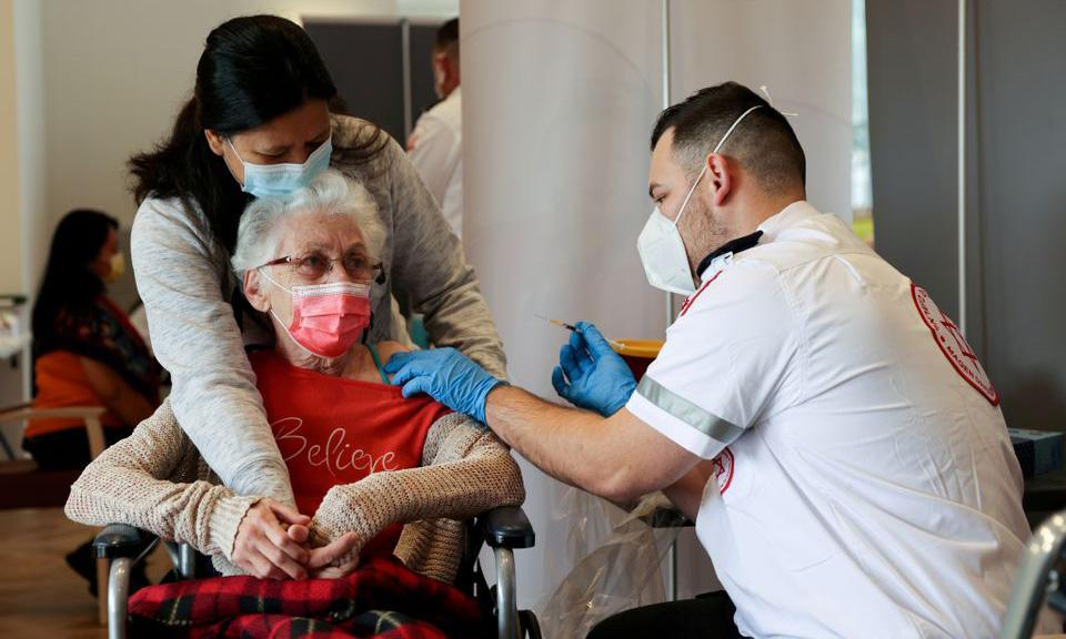 Một người cao tuổi được tiêm vaccine Covid-19 tại thành phố Netanya, Israel, hôm 19/1. Ảnh: Reuters.