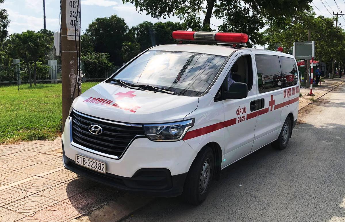 Ôtô cứu thương tài xế Ngọc lái chở người vượt chốt. Ảnh: Hắc Minh.