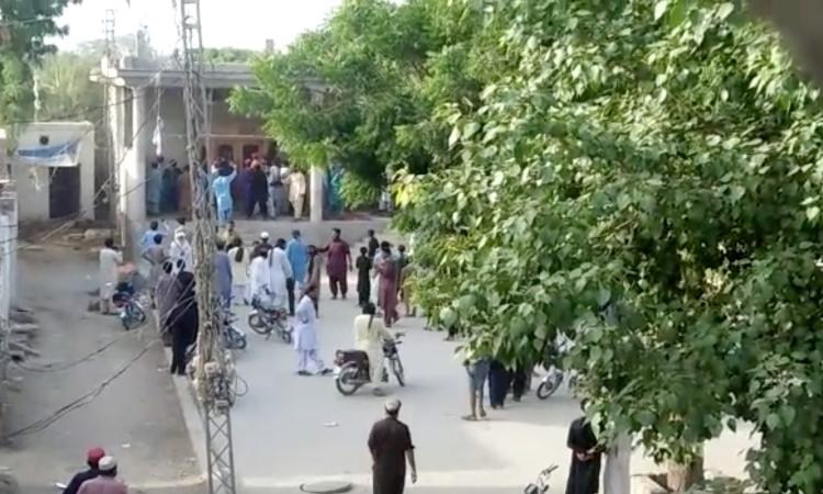 Đám đông tập trung bên ngoài một ngôi đền Hindu bị tấn công ở Bhong, tỉnh Punjab, Pakistan, hôm 4/8. Ảnh: Reuters.
