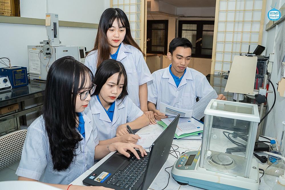 Nhóm sinh viên Trường Đại học Mỏ - Địa chất nghiên cứu màng sinh khối vi sinh vật làm đồ bảo hộ y tế tự hủy. Ảnh NVCC
