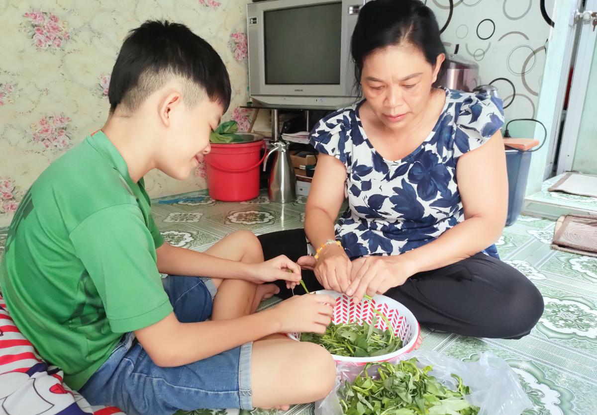 Gần 2 tháng qua, mẹ con bà Nhân sống nhờ vào đồ cứu trợ. Ảnh: An Phương.
