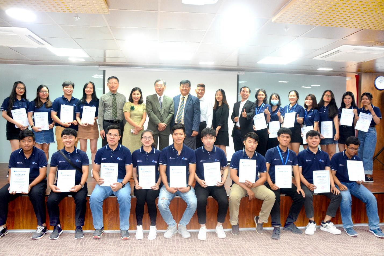 Ban giám hiệu Cao đửng Hoa Sen và đại diện các doanh nghiệp trao học bổng cho sinh viên.