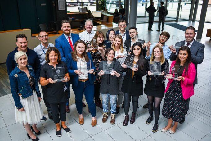 Các sinh viên được trao tặng giải thưởng trong cuộc thi khởi nghiệp tại trường Đại học Cardiff Metropolitan. Ảnh:Đại học Cardiff Metropolitan.