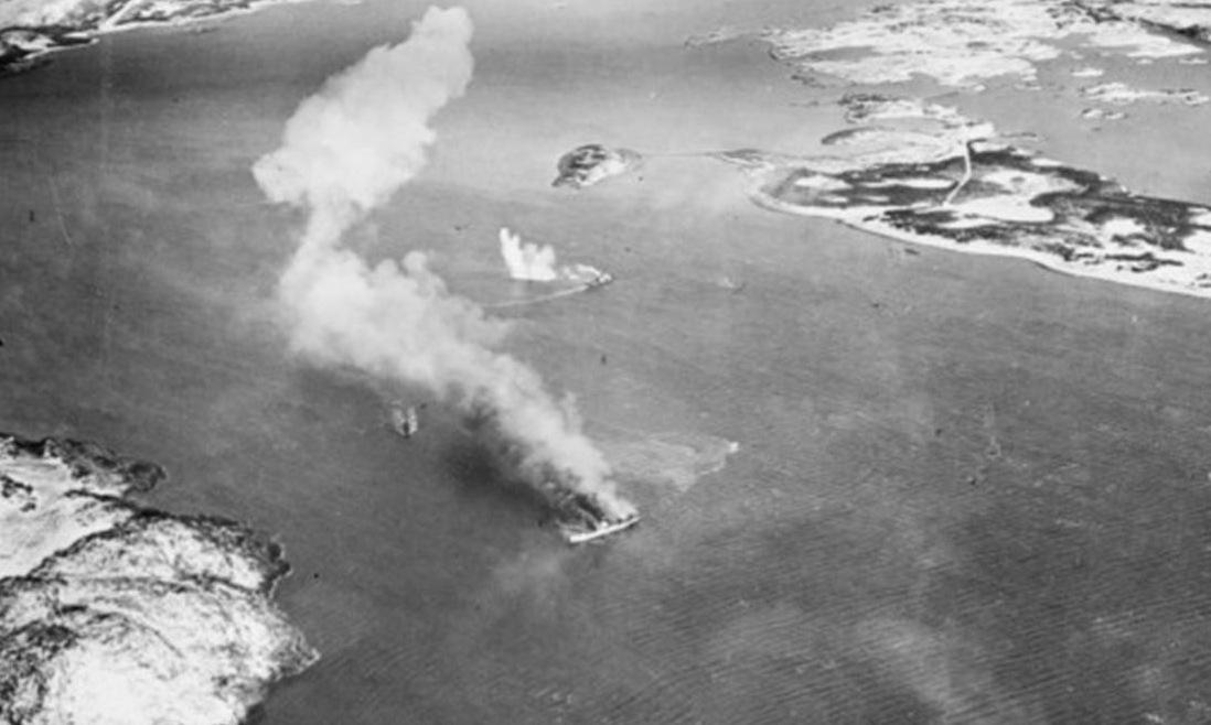 Tàu Rigel bốc cháy khi bị máy bay Anh tấn công. Ảnh: Wikipedia.