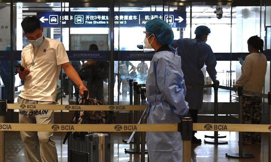 Hành khách tại sân bay quốc tế ở thủ đô Bắc Kinh của Trung Quốc hôm 10/8. Ảnh: AFP.