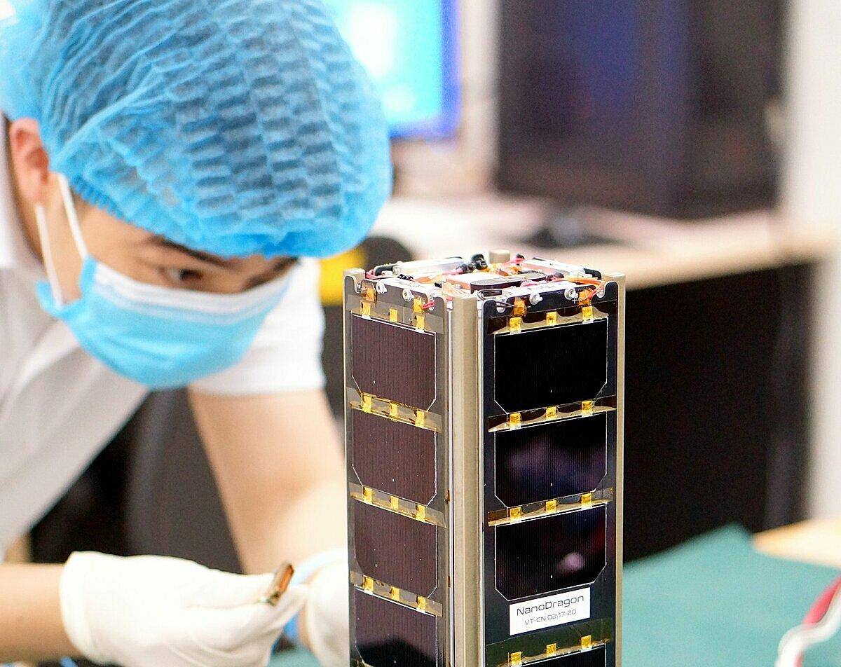 Vệ tinh NanoDragon trong phòng sạch của Trung tâm Vũ trụ Việt Nam. Ảnh: VNSC.