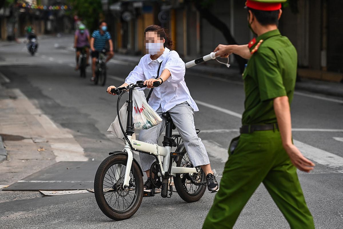 Công an Hà Nội kiểm tra người dân ra đường trong những ngày giãn cách. Ảnh: Giang Huy.