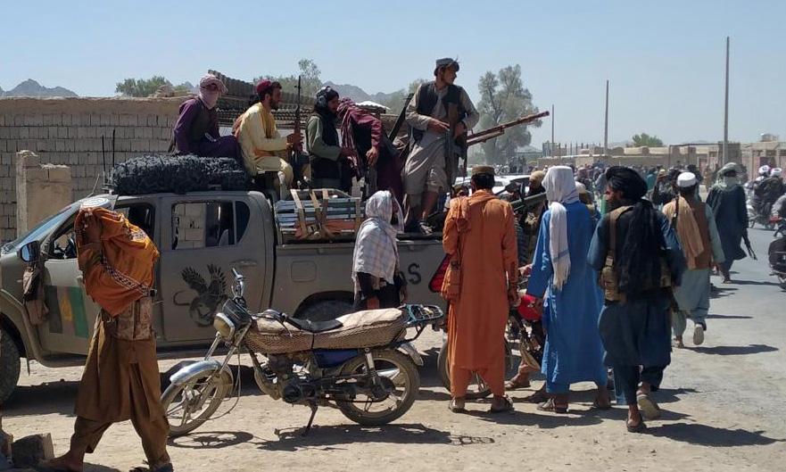 Xe tuần tra của Taliban tại thành phố Farah, phía tây nam Afghanistan, hôm 11/8. Ảnh: AP.