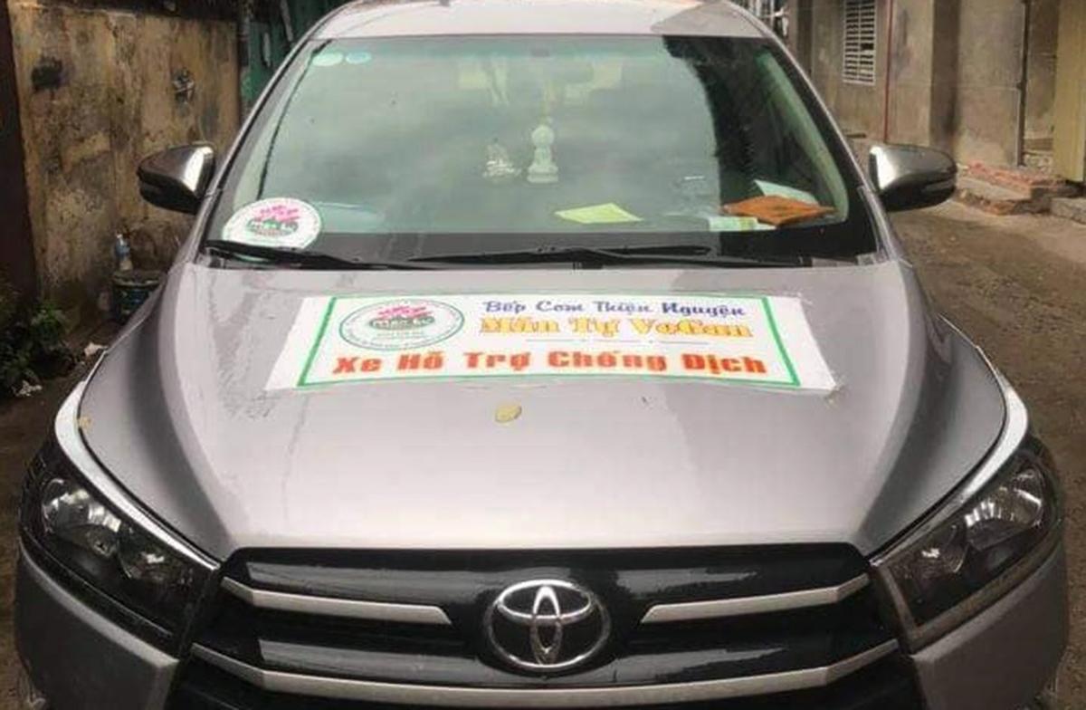 Bảng từ thiện được dán trên ôtô nhằm qua các chốt kiểm soát. Ảnh: Nhật Vy