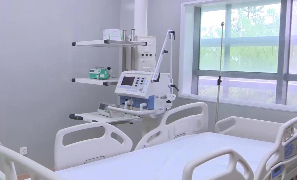 Một giường bệnh được lắp đặt nhiều máy móc hiện đại phục vụ công tác điều trị. Ảnh: Thái Hà