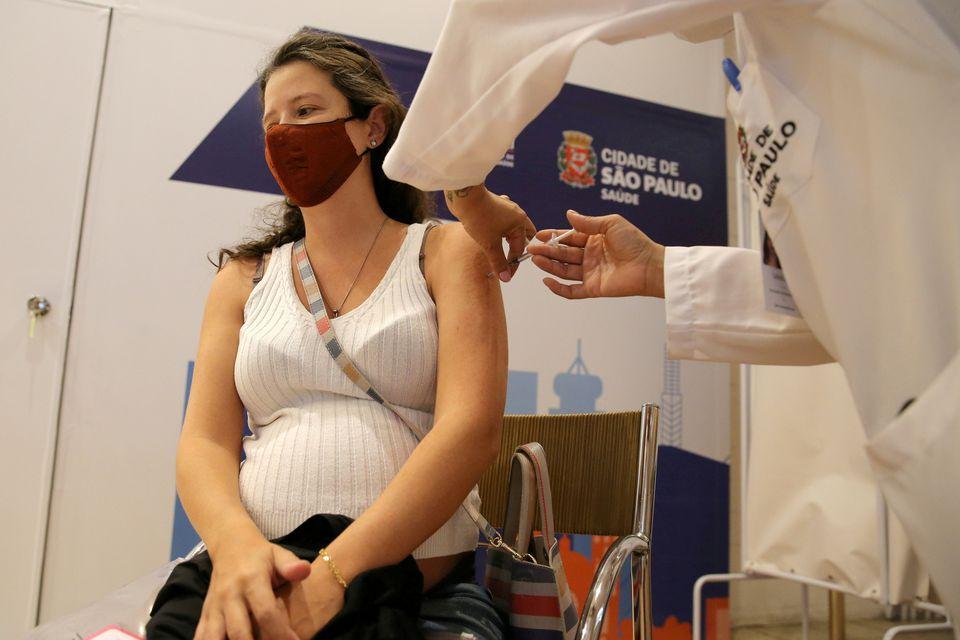 Một phụ nữ mang thai tiêm vaccine Pfizer ở Brazil hồi tháng 6. Ảnh: Reuters.