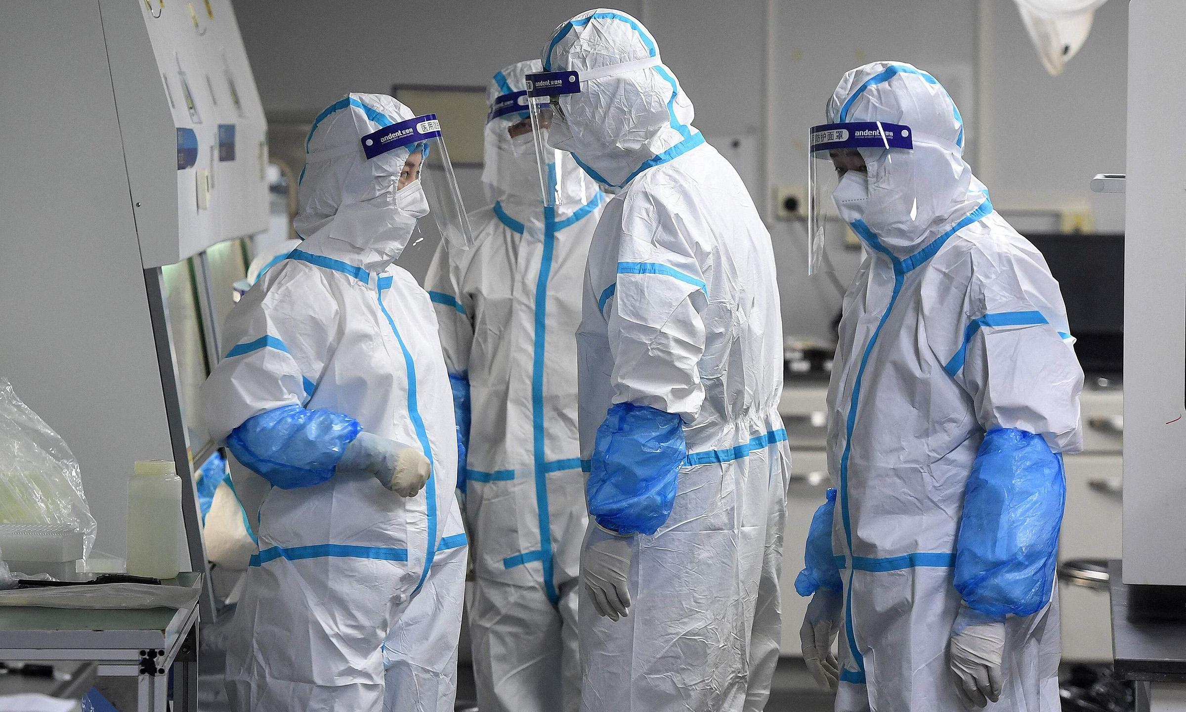 Các kỹ thuật viên phòng thí nghiệm tại một cơ sở xét nghiệm nCoV ở Vũ Hán, tỉnh Hồ Bắc, Trung Quốc, hôm 4/8. Ảnh: AFP