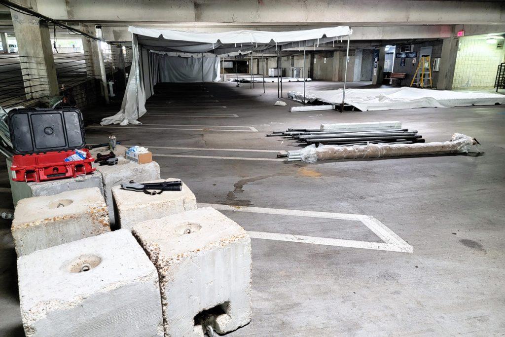 Bệnh viện dã chiến đang được xây dựng dưới hầm để xe Trung tâm Y tế Đại học Mississippi. Ảnh: Mississippi Free Press.