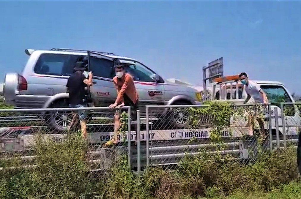 Nhóm người xuống xe cứu hộ trên cao tốc Pháp Vân - Cầu Giẽ ngày 7/8. Ảnh: Chụp màn hình